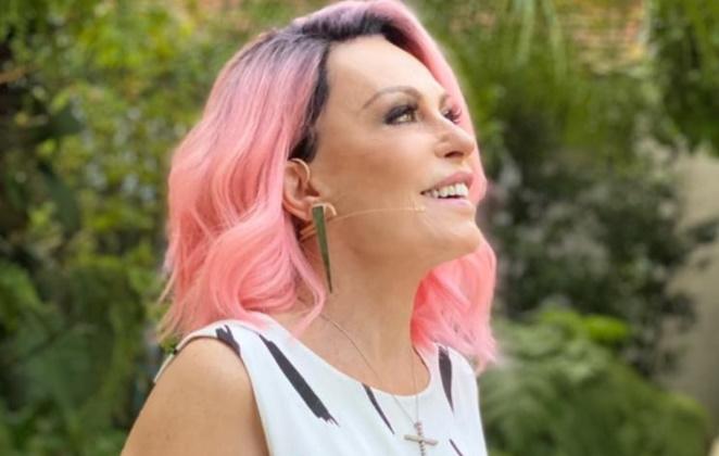 Ana Maria Braga de cabelo cor de rosa