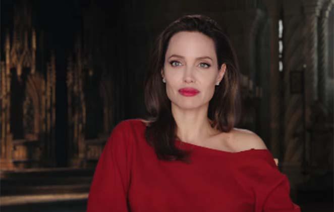 angelina jolie posa de camisa vermelha