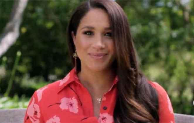 Meghan Markle com blusa vermelha