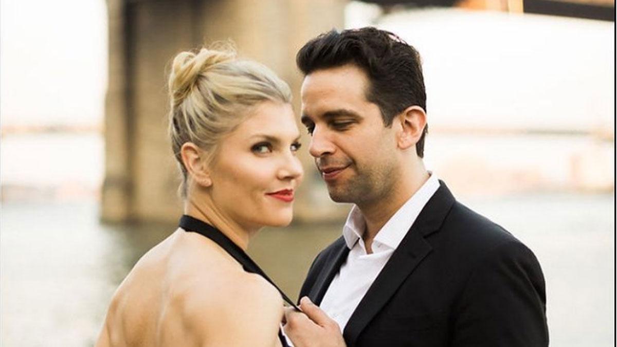 Foto de Amanda Kloots olhando para a câmera com Nick Cordero olhando para ela