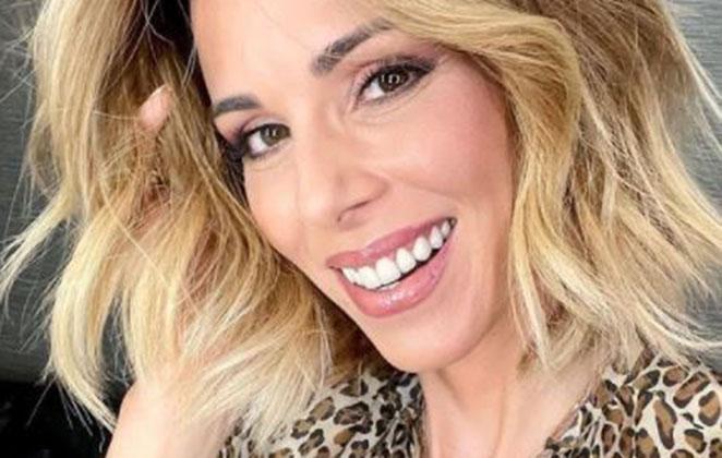 Ana Furtado sorridente em foto