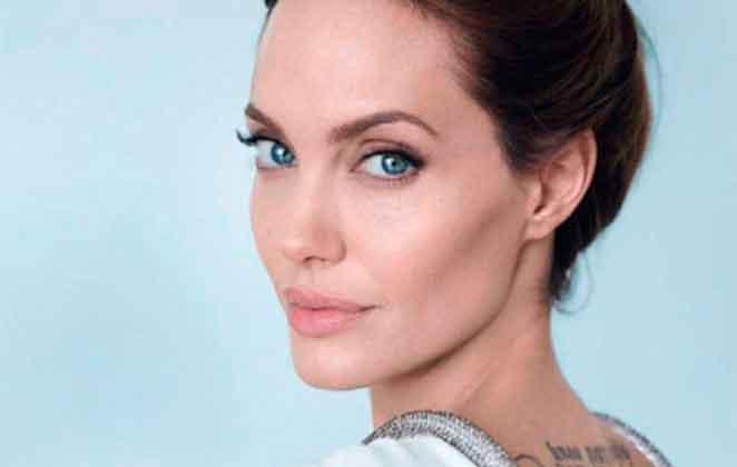 Anjelina Jolie com olhar sério, de blusa branca