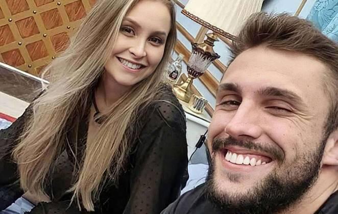 Arthur Picoli e Carla Diaz sorrindo no Quarto do Líder do BBB21