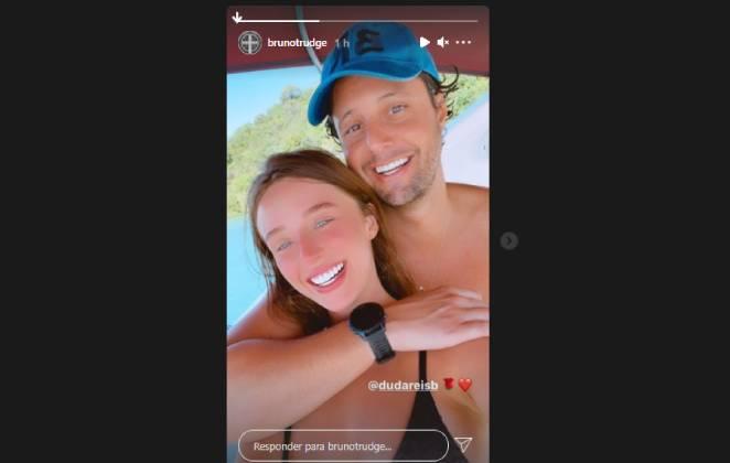 stories do instagram de bruno rudge assumindo namoro com duda reis posando abraçado com ela