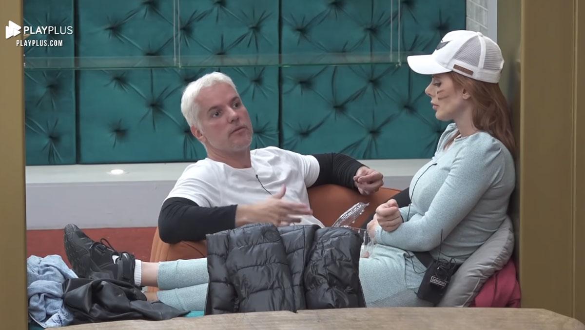 Bruno Salomão conversando com Deborah Albuquerque em quarto do Power Couple Brasil