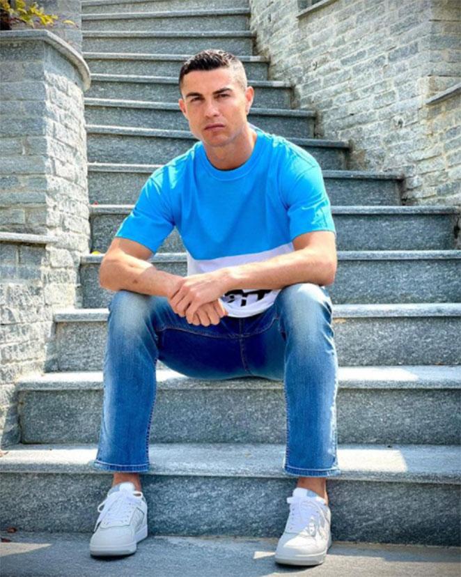Cristiando Ronaldo posando para foto em escada