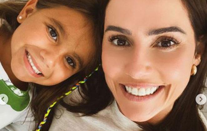 Deborah Secco posa sorridente ao lado da filha Maria Flor