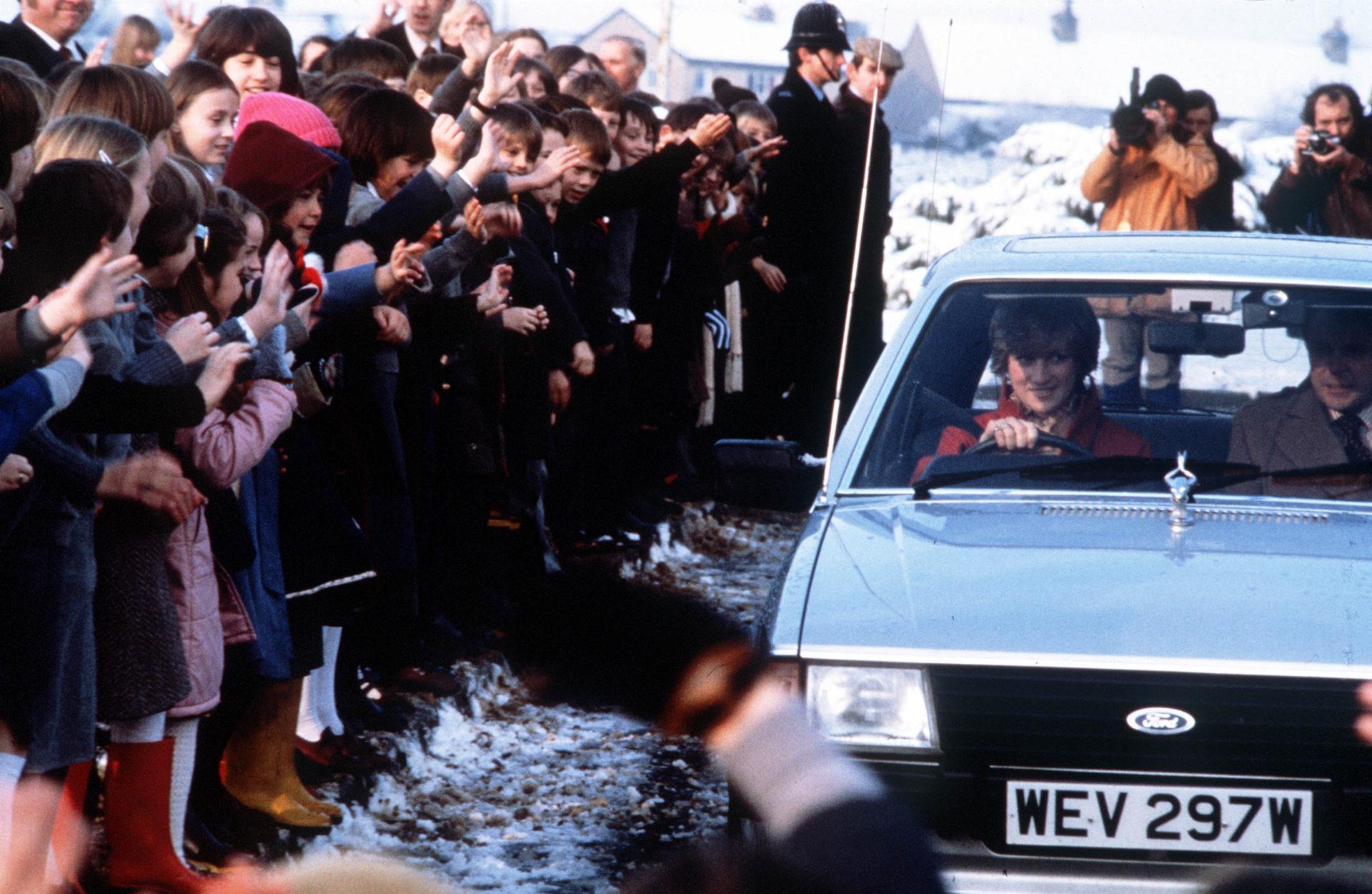 Princesa Diana dirigindo carro que ganhou de presente do Príncipe Charles