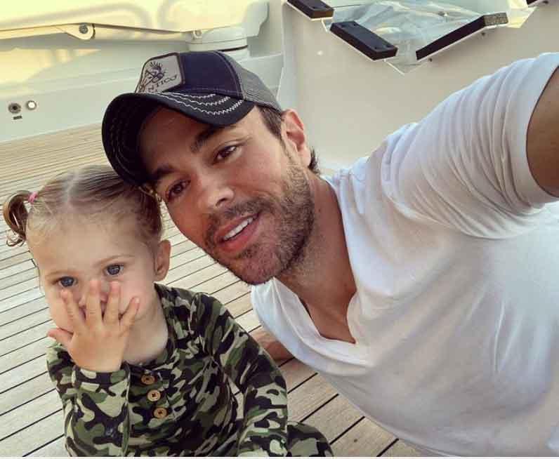 Enrique Iglesias faz selfie com a filha, Masha