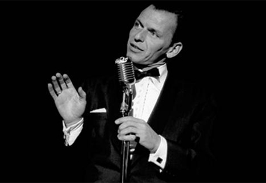 Frank Sinatra cantando em palco