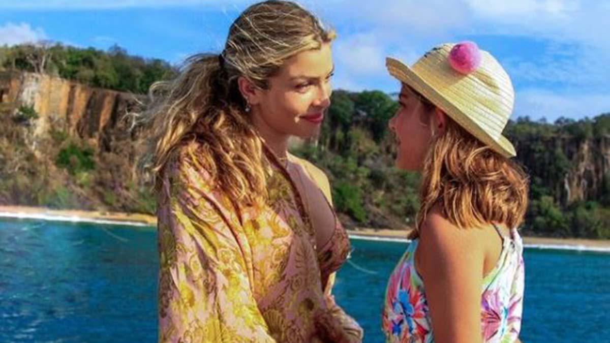 Grazi Massafera em passeio de barco com a filha Sofia