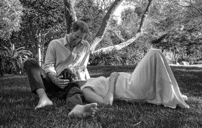 Príncipe Harry e Meghan Markle encostados numa árvore