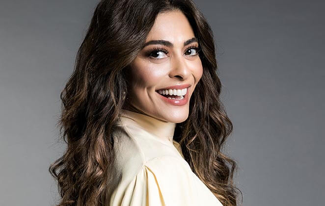 Juliana Paes sorridente com blusa branca