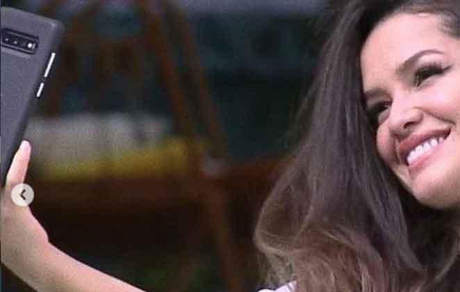 Juliette Freire faz selfie com sorriso no rosto