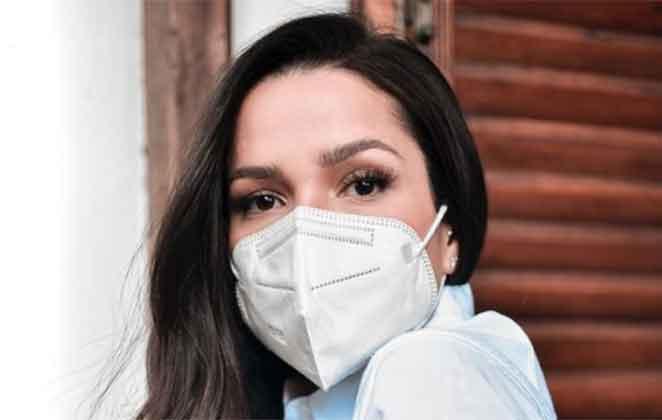 Juliette Freire de máscara branca