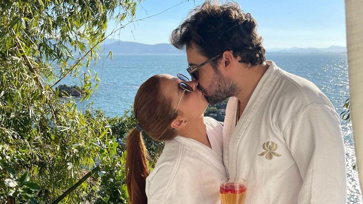 Maiara e Fernando Zor posam se beijando em Santa Catarina