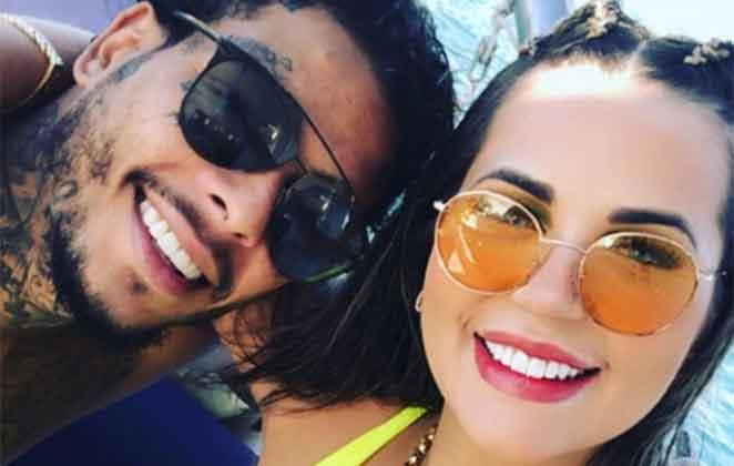 MC Kevin e a namorada, Deolane, em um barco, em alto mar