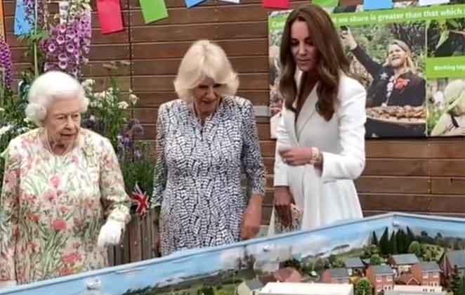 Rainha Elizabeth II, Camilla Parker-Bowles e Rainha Elizabeth II, Camilla Parker-Bowles e Kate Middleton juntas em evento juntas em evento