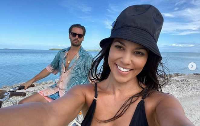 Kourtney Kardashian e Scott Disick próximo a lago
