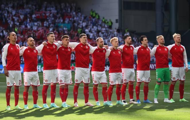 seleção da dinamarca em campo durante partida contra finlândia pela eurocopa