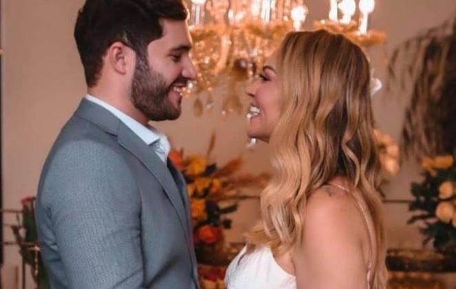 solange almeida posa em seu casamento olhando para o marido na frente do altar