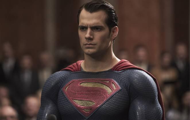 Superman sério sendo julgado em cena do filme Batman vs Superman: A Origem da Justiça