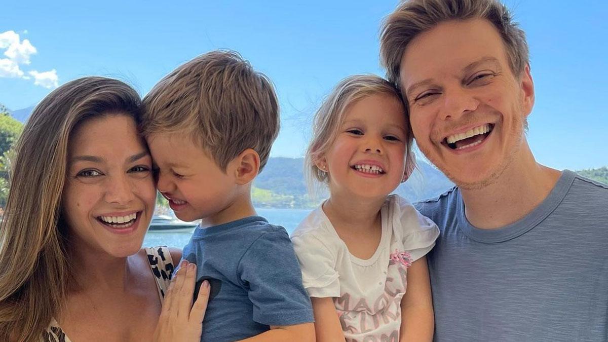 Thaís Fersoza em selfie com o marido Michel Teló e os filhos Melinda e Teodoro