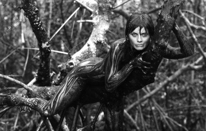 Vera Fischer coberta de lama em foto preto e branco